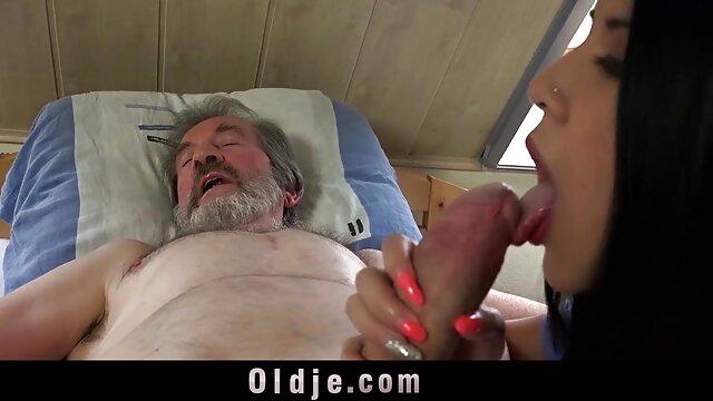 Heiße ü50 pornos Brünette masturbiert spielt mit Ihrem anal
